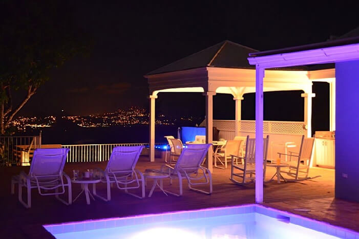 Plumeria Villa: Pool at night